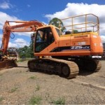 Doosan 225 Tracked Excavator fitted with rubber cleats and an Engcon Rotating Hitch and 6No sleeper layer